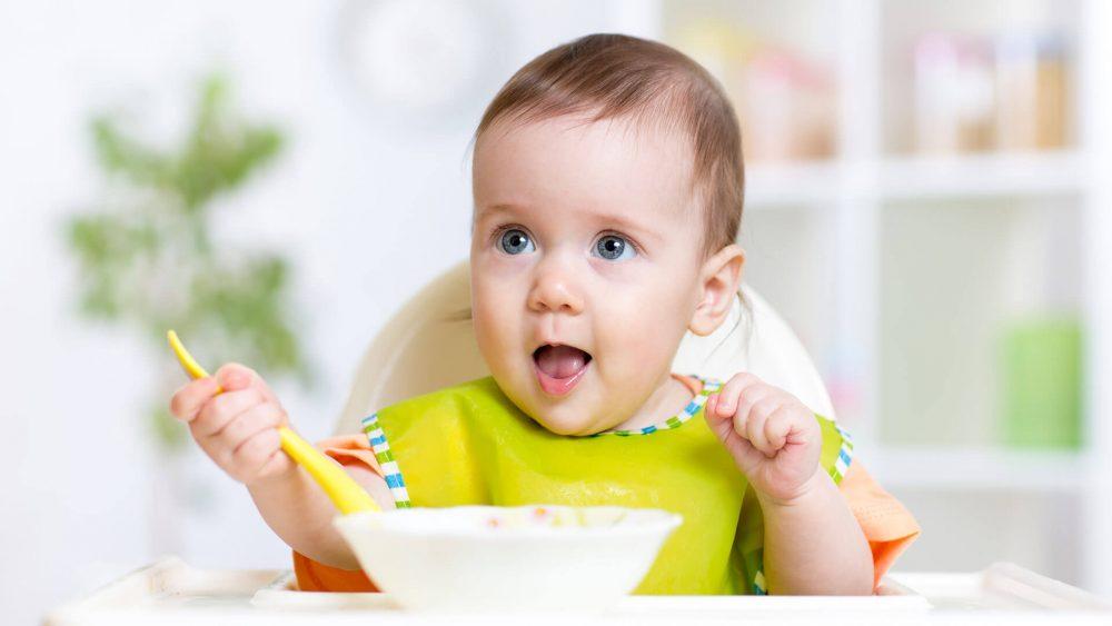 bebe comiendo, dar de comer al bebe. alimentar al bebe